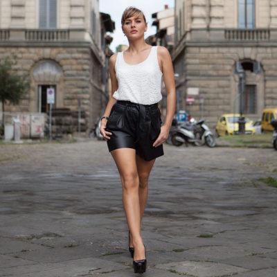 Un outfit con dei PANTALONI CORTI in PELLE per una passeggiata a Firenze